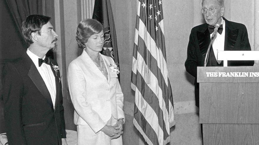 Carver Mead y Lynn Conway recibiendo un premio por sus logros de la revista Electronics (1981)