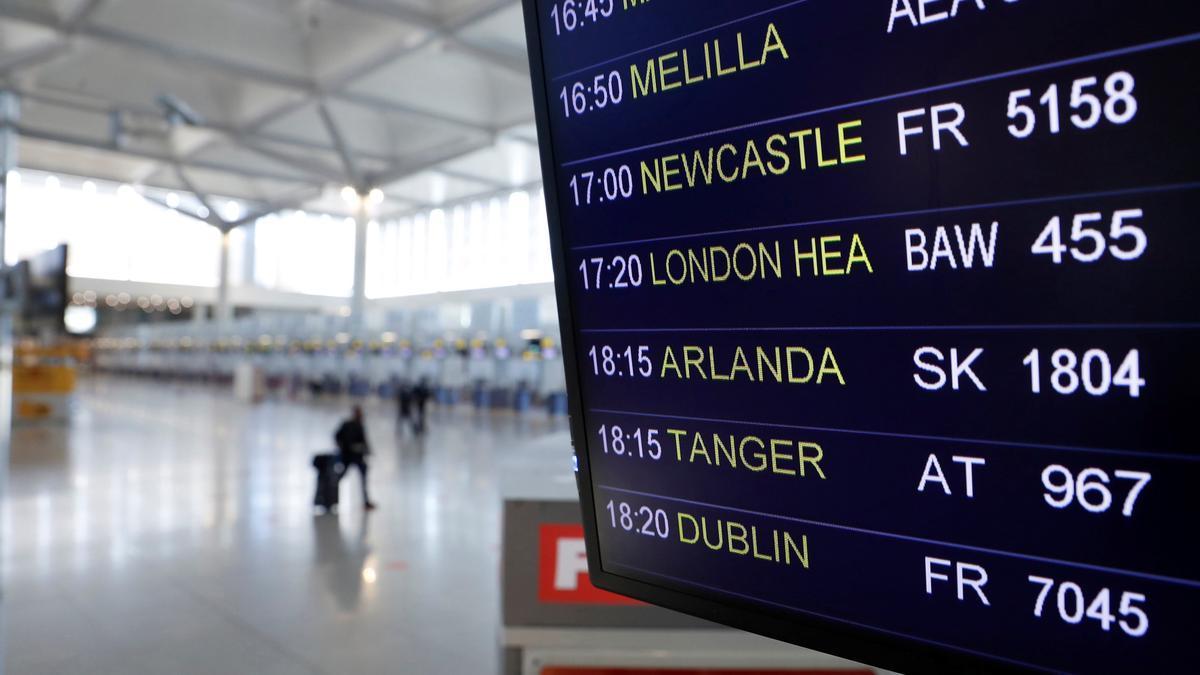 Vista de un panel de información sobre las salidas y llegadas de vuelos al Aeropuerto de Málaga-Costa del Sol este lunes, cuando AENA tenía programados 201 vuelos que enlazan el Reino Unido con los distintos aeropuertos españoles. Foto:  EFE/Jorge Zapata.