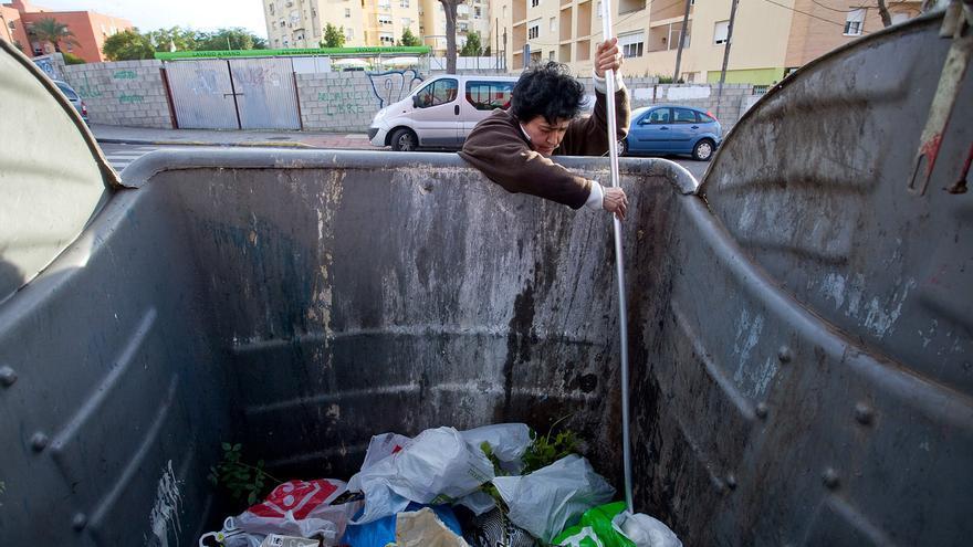 """""""Somos mucha gente buscando y no dan abasto los contenedores"""", dice María del Carmen."""