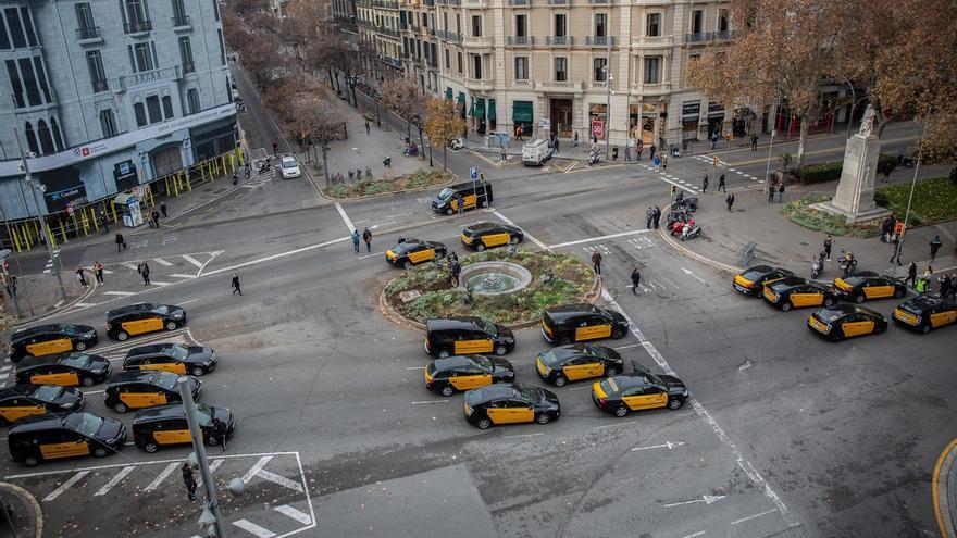 Los taxistas cortan un tramo de la Gran Vía de Barcelona
