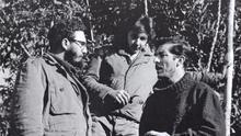 Enrique Meneses (a la derecha), con Fidel y Raúl Castro, en Sierra Maestra.