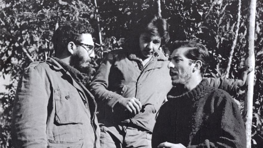 Enrique Meneses (a la derecha) charla con Fidel Castro y Raúl Castro durante sus días de reportero en Sierra Maestra