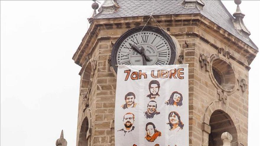 Se cuelgan de una torre en Vitoria y piden la libertad de los condenados de Segi