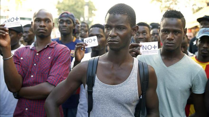 Un centenar de senegaleses se manifiestan por las calles de Salou
