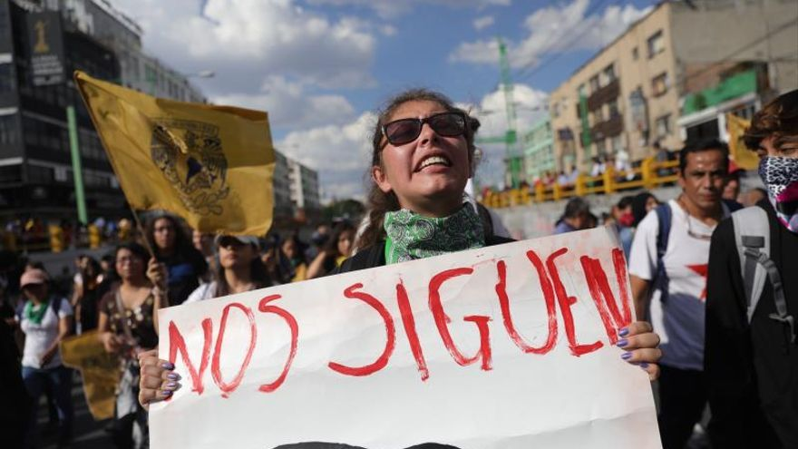 """Estudiantes y sobrevivientes de la masacre de 1968 marchan en Ciudad de México hoy, miércoles para exigir justicia el mismo día en que se cumplen 51 años de la masacre perpetrada por el Ejército mexicano contra un mitin de estudiantes en el barrio de Tlatelolco. México conmemoró el aniversario de la matanza con el Centro Histórico de la capital mexicana prácticamente """"blindado"""" ante posibles actos vandálicos que fueron controlados."""