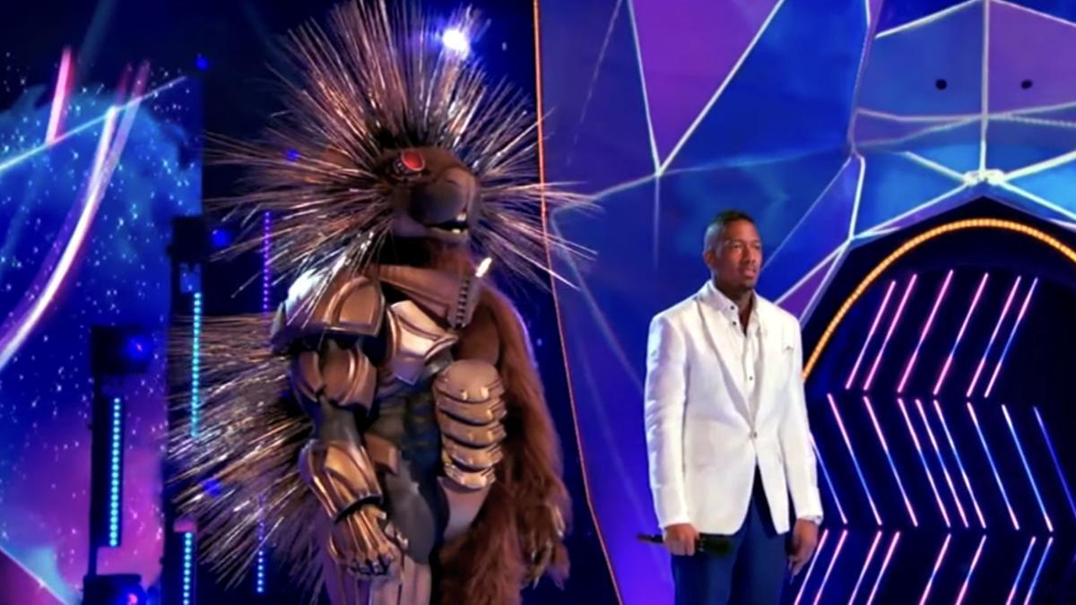 El Robopine junto a Nick Cannon en 'Mask Singer'