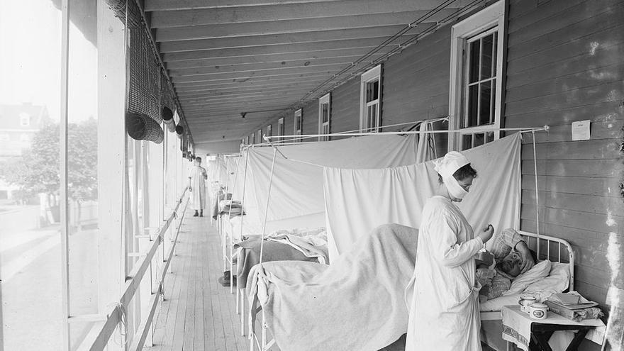 Una enfermera trata a un paciente de gripe durante la pandemia de 1918, en Walter Reed Hospital, Washington, D.C.