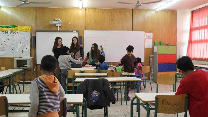 Niños refugiados en la Segunda Escuela Primaria de Tavros