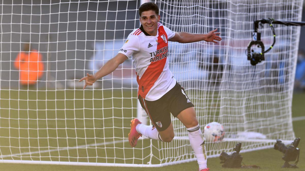 Julián Álvarez celebra el primer gol de River en el Superclásico de hoy