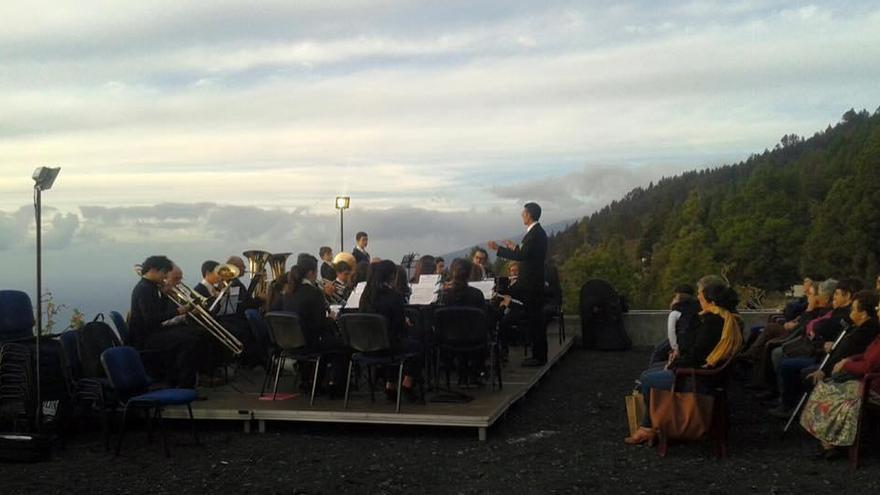Concierto ofrecido por la Banda Municipal de Fuencaliente en el entorno de la ermita de Santa Cecilia.