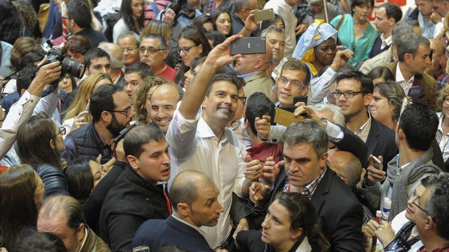 Pedro Sánchez, en pleno selfie en un acto electoral del PSOE.