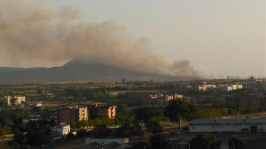 Imagen de la sierra de San Serván con la nube de humo