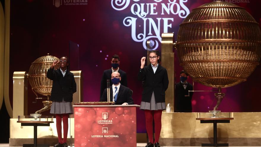 Dos de las niñas de la residencia de San Ildefonso, cantan uno de los quintos premios de la Lotería de Navidad, durante la celebración del Sorteo Extraordinario de la Lotería de Navidad 2020 en el Teatro Real de Madrid (España), a 22 de diciembre de 2020.