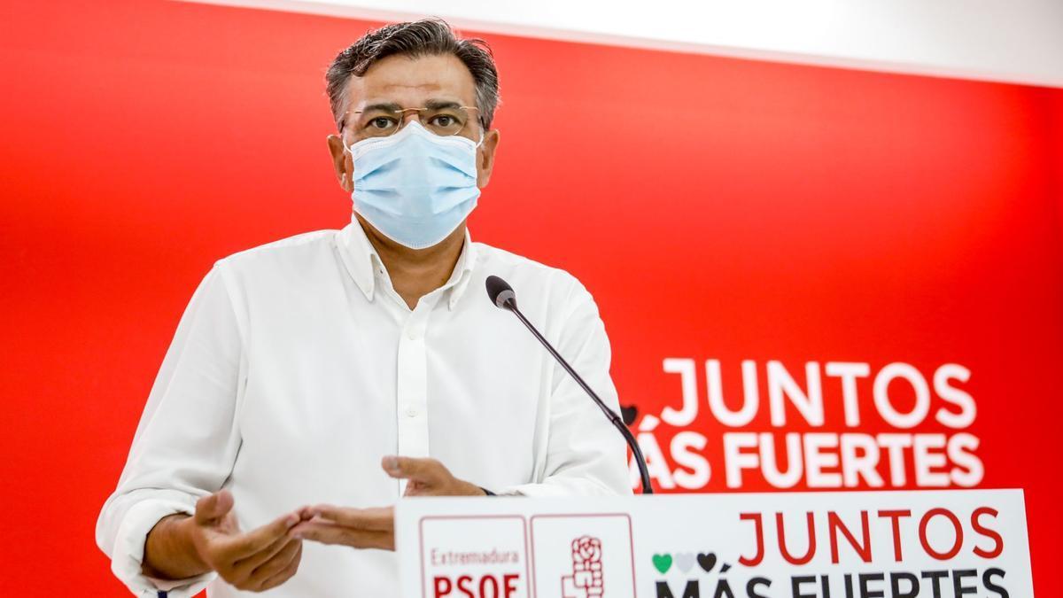 El portavoz del PSOE de Extremadura, José Antonio González, en la rueda de prensa de este lunes en Mérida