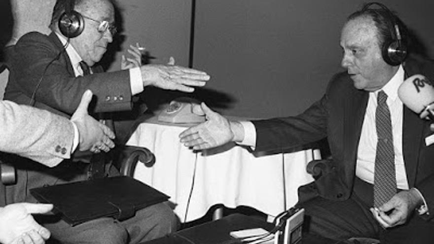 Santiago Carrillo y Manuel Fraga, saludándose en un programa de radio