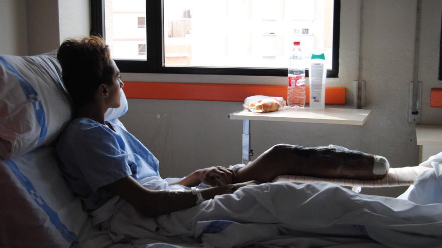 Soufiane, cuando se encontraba ingresado en el Hospital Comarcal de Melilla tras perder su pie izquierdo intentando llegar a la Península.