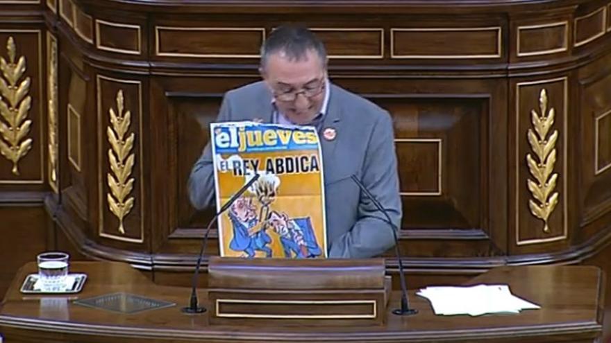 Juan Baldoví, diputado de Compromís, muestra la portada censura de El Jueves en el Congreso