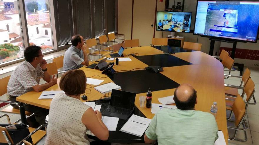 Seguimiento del vertido tras la reunión de coordinación entre El Ejecutivo canario ha liderado una reunión de coordinación entre el Ayuntamiento de Las Palmas de Gran Canaria, el Cabildo insular, Salvamento Marítimo y el Gobierno regional.