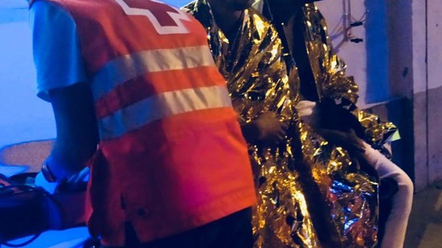 Inmigrantes que ha sido rescatado, atendidos por la Cruz Roja