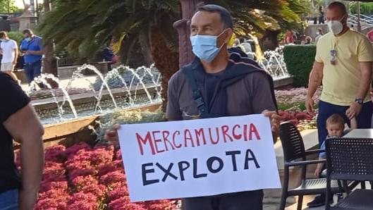 Cartel de uno de los manifestantes por la regulación de los trabajadores fijos-discontinuos del matadero