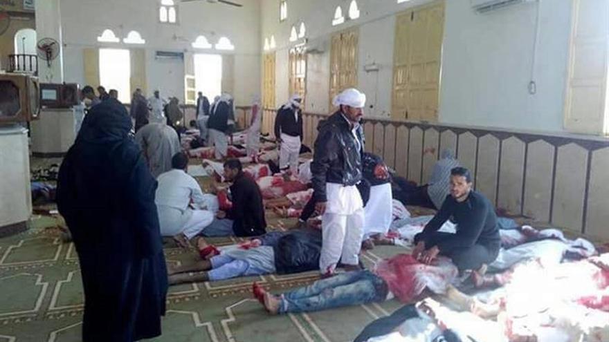 Elevan a 115 los muertos en un ataque terrorista contra una mezquita en el Sinaí egipcio