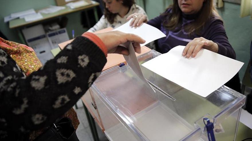 Muchos españoles que residen fuera tiene dificultades para poder votar