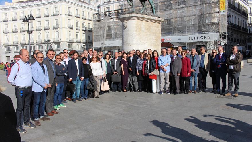 Protesta de alcaldes en Madrid ante la falta de dinero para el transporte metropolitano de Valencia.