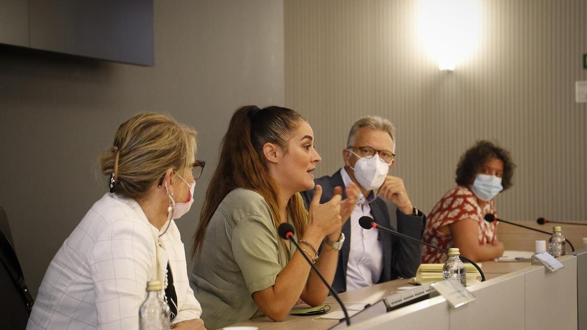 En el centro, la consellera de Agricultura, Mireia Mollà, durante la reunión para impulsar un Frente Citrícola Valenciano