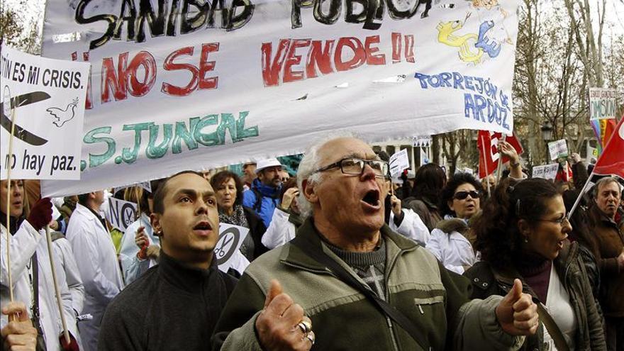 Los sindicatos de La Princesa entregan 452.549 firmas a favor de  sanidad pública