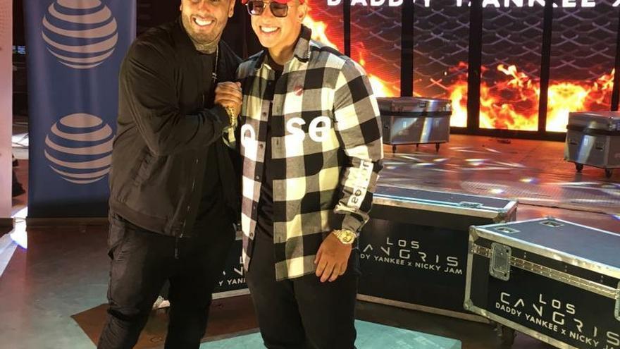 Fotografía de archivo del 30 de noviembre de 2016 de los cantantes de reggaetón Daddy Yankee (d) y Nicky Jam (i), en San Juan (Puerto Rico).