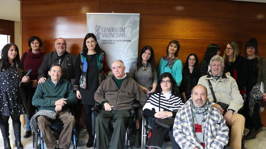 La consellera de Sanidad, Carmen Montón, con representantes de diferentes colectivos de discapacitados