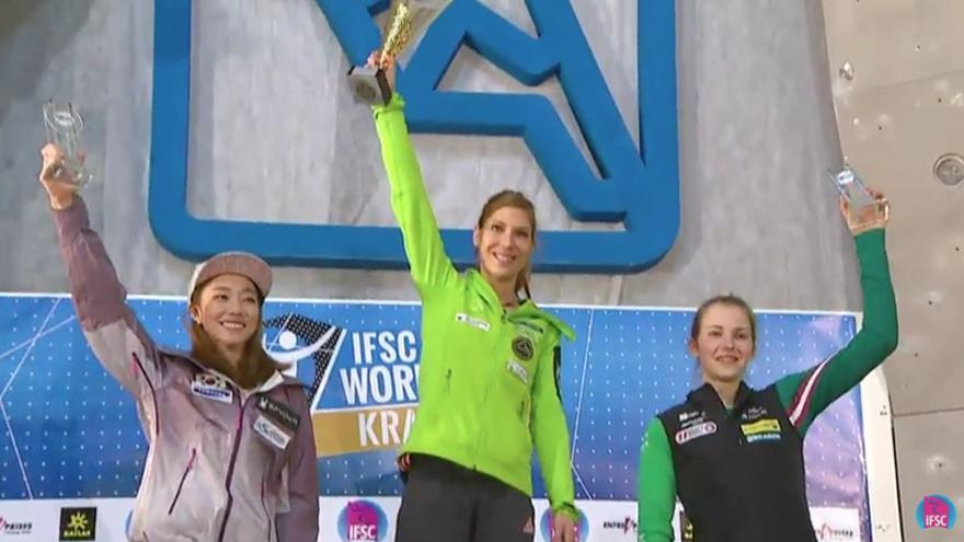 Podio final femenino de la Copa del Mundo de Dificultad 2015 (De izquierda a derecha): 2º - Jain Kim, 1º - Mina Markovic y 3º - Jessica Pilz.