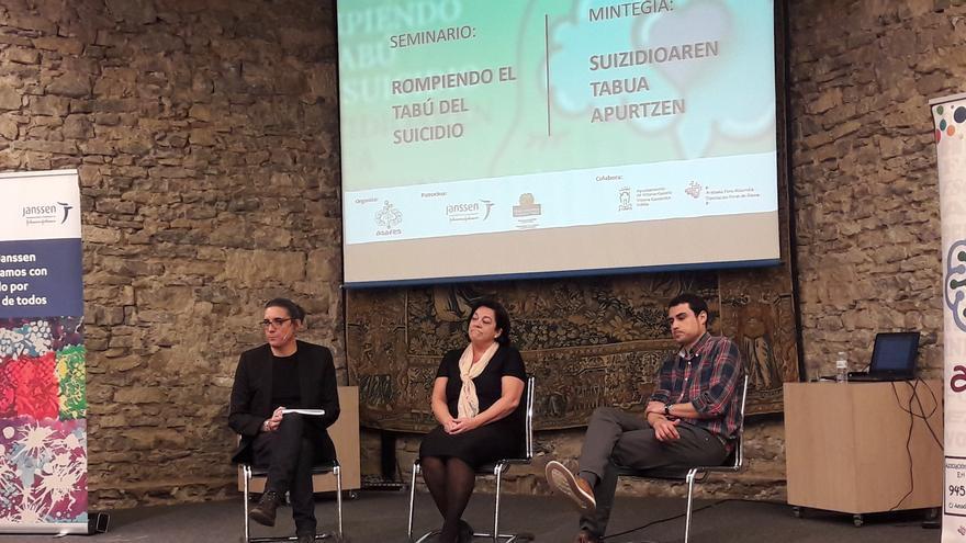 """Andoni Anseán Ramos, Cristina Blanco Fernández de Valderrama y Jon García Ormaza, en el seminario """"Rompiendo el tabú del suicidio"""""""
