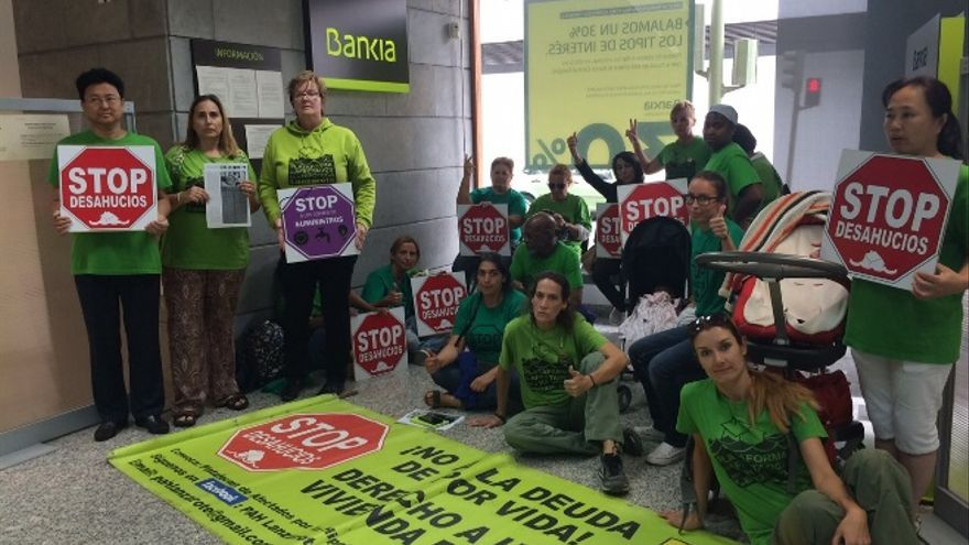 La PAH ocupa Bankia en Arrecife por el desahucio de una mujer enferma de cáncer. (Foto: Diario de Lanzarote)
