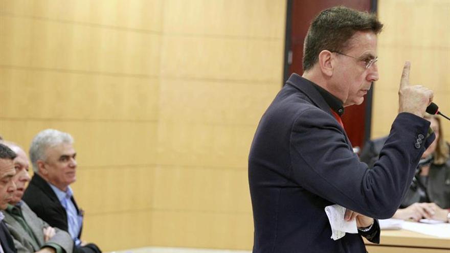 El exalcalde de Arona, José Alberto González Reverón (d), durante su declaración en la segunda jornada del juicio del caso Arona 1 / Cristóbal García /EFE
