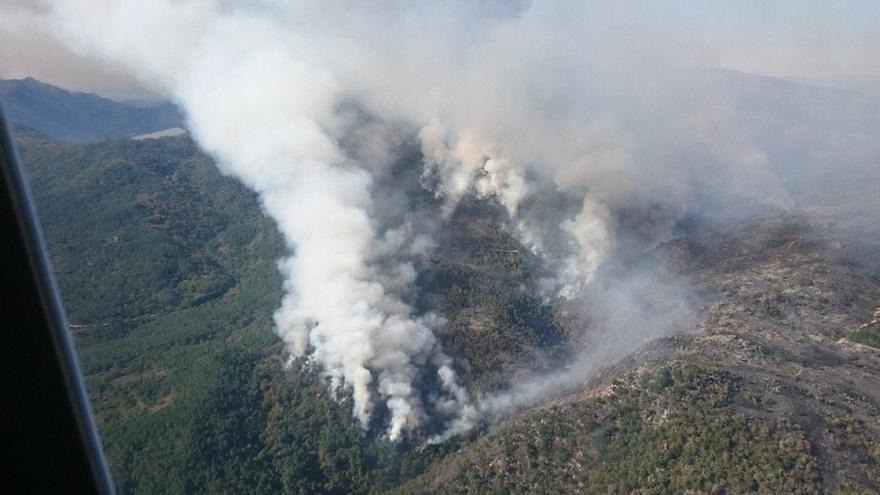 Uno de los incendios que afecta al Parque Natural Baixa Limia-Xurés, en una imagen de una brigada forestal