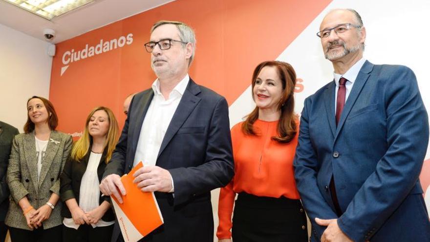 La expresidenta de las Cortes de Castilla y León, que ha abandonado el PP, Silvia Clemente (c), junto al coordinador regional de Ciudadanos, Luis Fuentes (d), y el secretario general de Ciudadanos, José Manuel Villegas (i), en Valladolid.