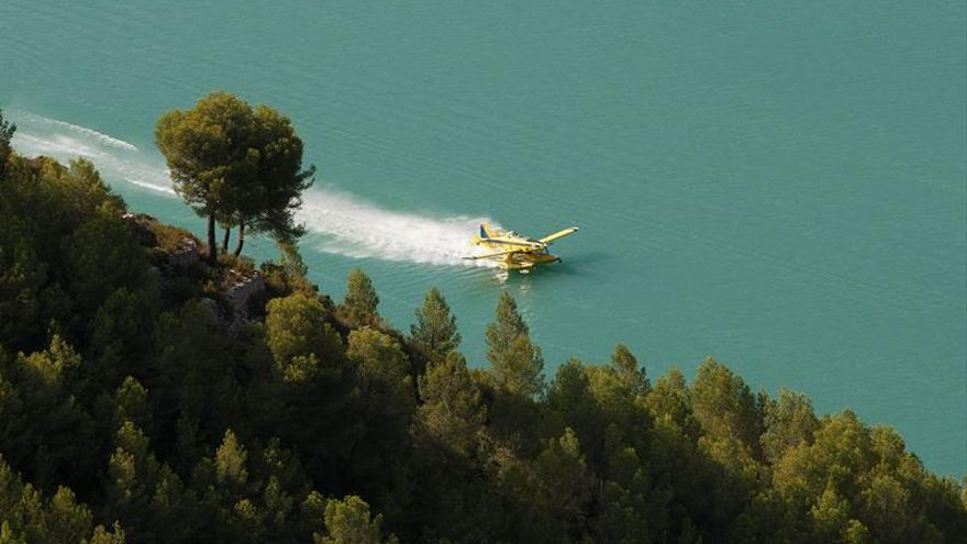 Continúa activo el fuego de Guadalest y medios aéreos se retirarán con ocaso