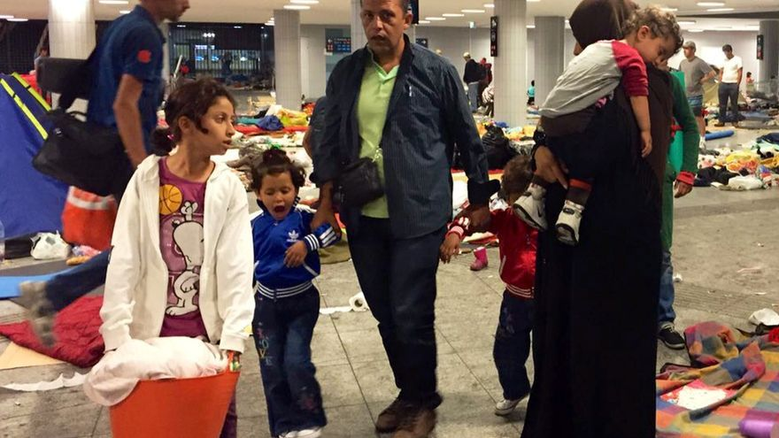 Familias saliendo de la estación de Budapest tras comunicarles que iban a ser trasladados en autobús hasta la frontera con Austria. / Olga Rodríguez