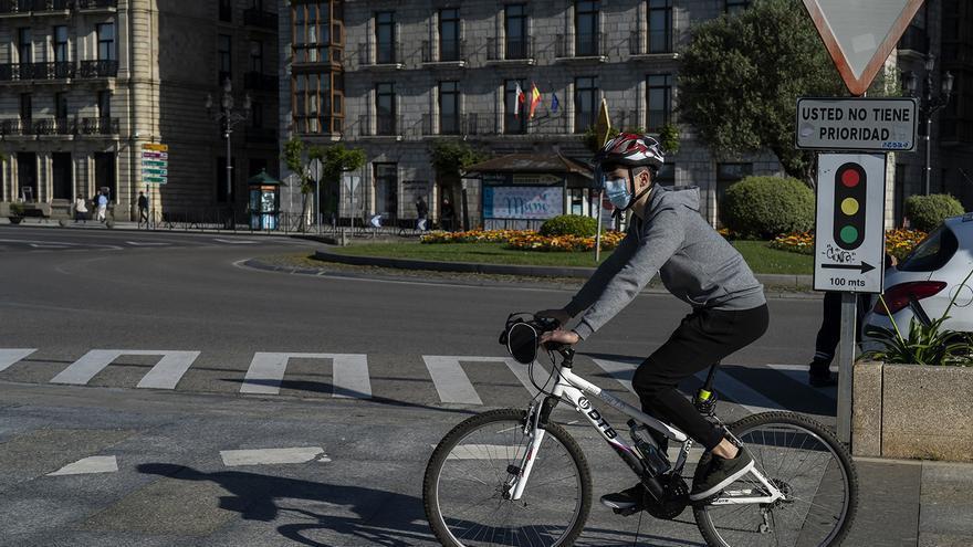 Ciclista en Santander. | JOAQUÍN GÓMEZ SASTRE