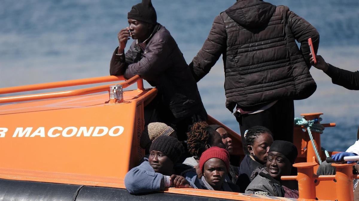 La salvamar Macondo a su llegada al puerto de Arguineguín (Gran Canaria) tras rescatar a un centenar de personas de tres pateras.