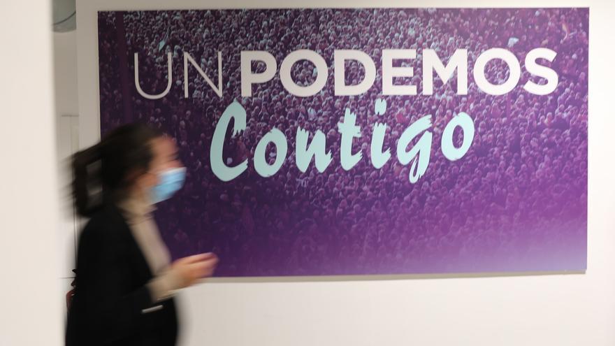 """Un cartel donde se lee """"Un Podemos contigo"""", en la sede donde los líderes del partido valorarán los resultados de las elecciones a la Asamblea de Madrid, a 4 de mayo de 2021, en Madrid (España)."""