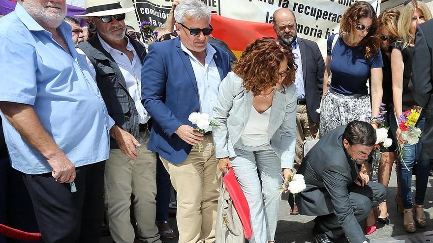 Un momento del homenaje por el 80 aniversario del bombardeo del mercado de Alicante