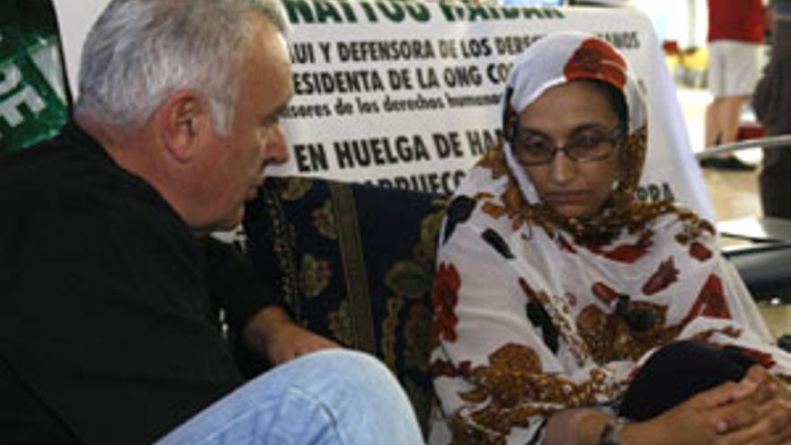 Aminatou Haidar con el coordinador general de IU, Cayo Lara. (CANARIAS AHORA)