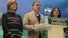 Bendodo, ayer, junto a Esperanza Oña (a su derecha) y Margarita del Cid