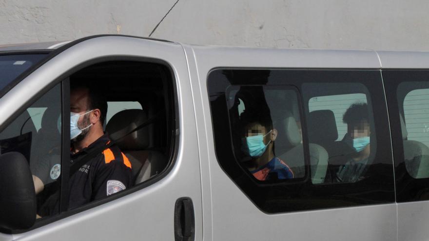 Repatriación de los menores marroquíes a través de la frontera del Tarajal, este lunes. EFE/Reduán