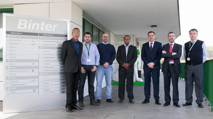 En la imagen, responsables de Atlantis Technology y del Banco de Cabo Verde.