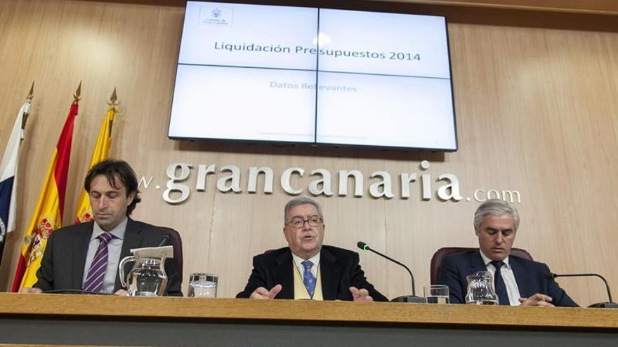 El presidente del Cabildo de Gran Canaria, José Miguel Bravo de Laguna (c), acompañado por el vicepresidente, Carlos Alberto Sánchez (d), y el consejero de Economía y Hacienda, Máximo Bautista (i). (Efe/Ángel Medina G.).