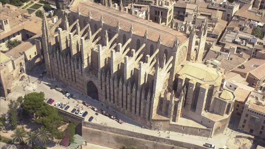 Un turista sueco muere al precipitarse desde la muralla de Catedral de Palma