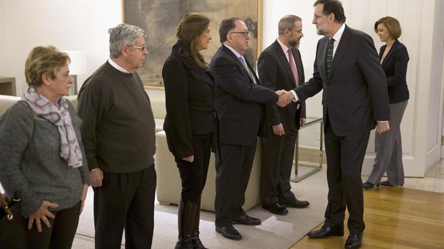 Rajoy y Cospedal saludan a los familiares de las víctimas del Yak-42.